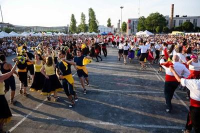 """El Baile de """"Gitanes al Carrer"""" vio modificado su horario y el pasacalle previo como consecuencia del calor (foto: Ayuntamiento de Rubí - Localpres)."""