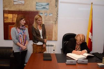 Aleida Guevara firmando el libro de honor del Ayuntamiento (foto: Localpres)
