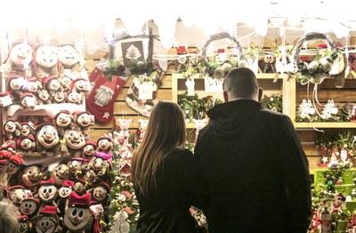Los escaparates estarán decorados toda la campaña de Navidad (foto: Ayuntamiento de Rubí - Localpres).