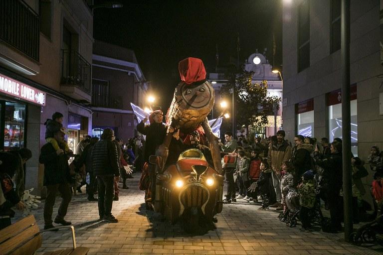 El Tió gigante de los comerciantes tampoco se ha querido perder el encendido de las luces (foto: Ayuntamiento – Lali Puig)