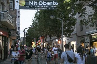Las tiendas abrieron hasta medianoche (foto: Localpres).