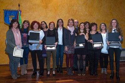 La alcaldesa y la regidora Maria Mas con todas las premiadas (foto: Localpres).