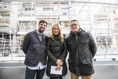 La alcaldesa con los regidores de Cultura y Comercio ante el pasillo de luz (foto: Lali Puig).