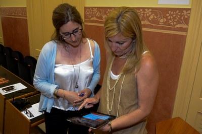 La alcaldesa y la concejala de Comunicación han probado la nueva app (foto: Localpres).