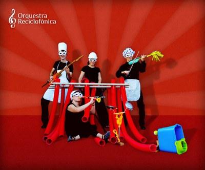 La Orquesta Reciclofónica con sus instrumentos.