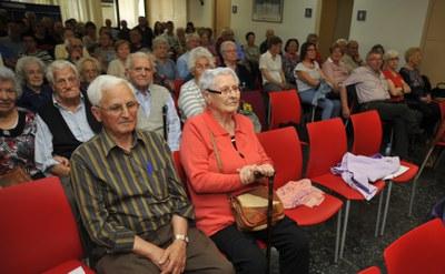 Personas mayores en la entrega de premios del Concurso de Poesía de la Associació de la Gent Gran