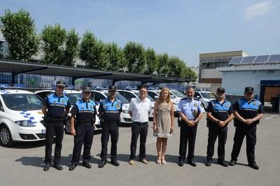 La alcaldesa, el concejal de Seguridad Ciudadana y representantes de la Policía Local, con los nuevos vehículos del cuerpo policial (foto: Localpres).