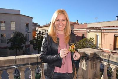La alcaldesa con uno de los escudos solidarios (foto: Ayuntamiento de Rubí).