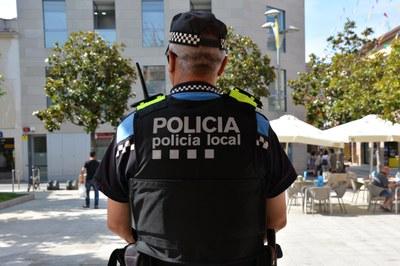 Por Fiesta Mayor, la policía local estreno la funda de los chalecos de protección.