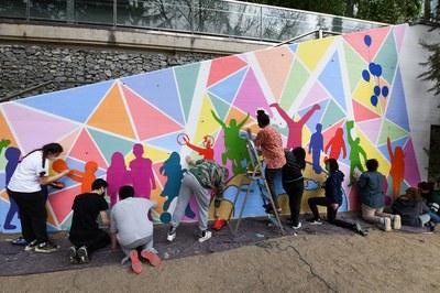 """Jóvenes trabajando en el mural del proyecto """"AraArt"""" (foto: Ayuntamiento de Rubí - Localpres)."""