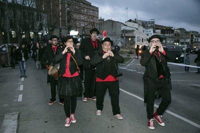 Uno de los grupos que han animado el pasacalle han sido La Cremallera Teatre (foto: Ayuntamiento – Lali Puig)