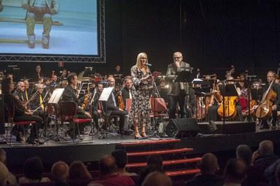 La alcaldesa se ha dirigido al público antes de empezar el concierto (foto: Cesar Font).