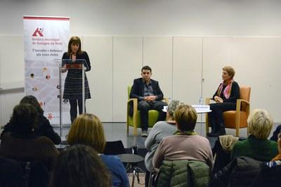 La concejala Marta García ha presentado la charla, organizada por la Síndica de Greuges de Rubí y sus homólogos de Sabadell, Mollet y Sant Cugat (foto: Localpres).