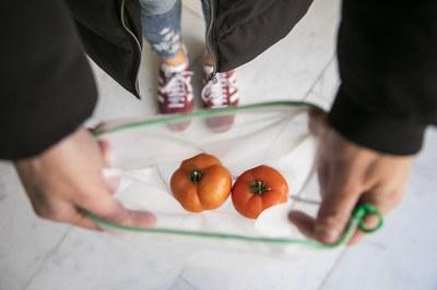 El reparto de bolsas de malla previene el uso de bolsas de plástico de un solo uso (foto: Ayuntamiento de Rubí - Lali Puig).