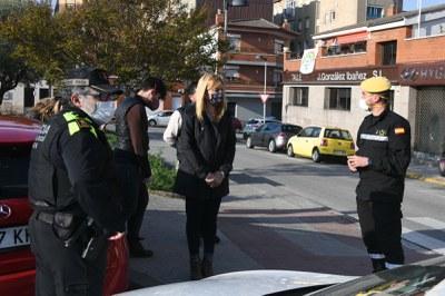 La alcaldesa con la UME cerca de la residencia El Cel (foto: Ayuntamiento de Rubí – Localpres).