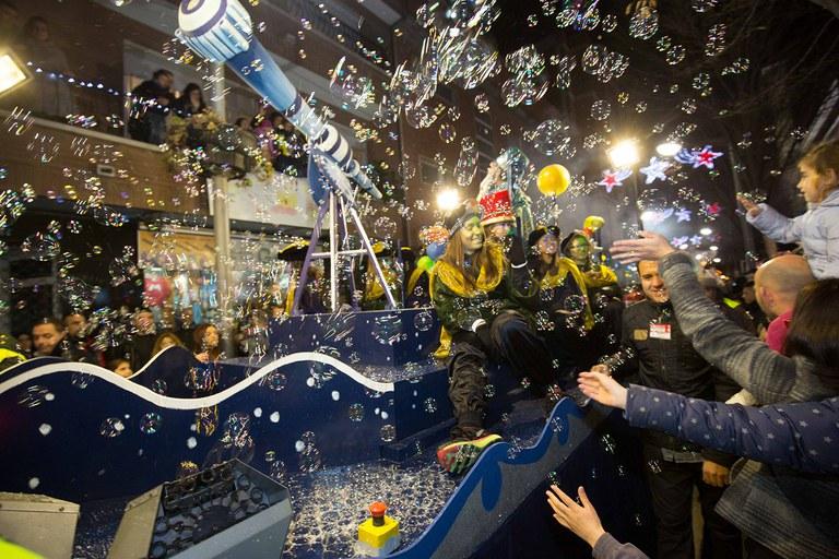 Burbujas en la carroza del Mago Rubisenc (foto: Localpres)