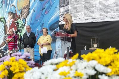 La alcaldesa, Ana María Martínez, durante el acto de conmemoración del 56º aniversario de la riada (foto: Cesar Font).