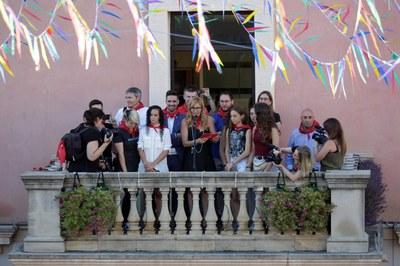 La alcaldesa y las jugadoras del Cent Patins, durante el pregón (foto: Localpres).