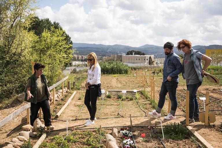 La alcaldesa y el concejal de Medio Ambiente se han interesado por los cultivos de los huertos (foto: Ayuntamiento –  Lali Puig)