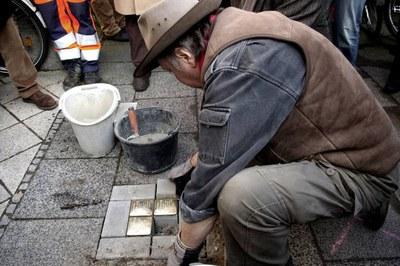 """Gunter Demnig colocando las """"Stopelrsteine"""" en otro municipio (foto: Karin Richert)."""