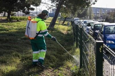 Desinfección en la zona de recreo de la calle Antoni Sedó (foto: Ayuntamiento de Rubí - Lali Puig).
