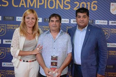 La alcaldesa y el concejal de Deportes, con el hijo de Trinidad García, que ha recogido el premio en su nombre (foto: Localpres)