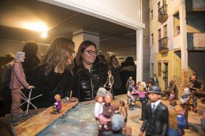Las concejalas admirando uno de los dioramas expuestos (foto: Ayuntamiento de Rubí - Lali Puig)