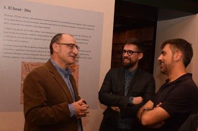 Luis Gonzálvez, Moisés Rodríguez y Joan Gallisà, conversando durante la inauguración de la exposición (foto: Localpres).