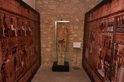 Esta cubierta de ataúd, del Período Ptolemaico, se ha montado en un espacio que imita el hipotético interior de una tumba (foto: Localpres)