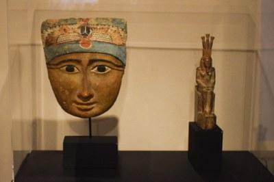 Otra de las piezas estrella de la exposición es el rostro de Khepri, procedente de la cubierta de un ataúd de la Baja Época (foto: Localpres)