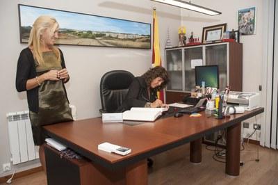 La consejera Jordà ha firmado el libro de honor al Ayuntamiento de Rubí (foto: Cesar Font)