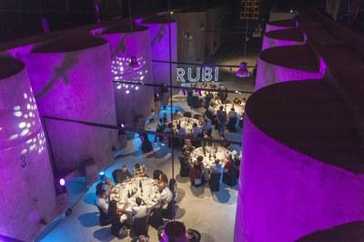 La cata y la cena relacional se han hecho en la sala de las tinas de La Bodega (foto: Cesar Font).