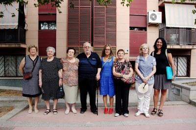 Los miembros del Consejo Consultivo de la Gente Mayor delante de las viviendas (foto: Localpres).