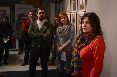 Los concejales de Cultura y del Área de Servicios a las Personas, escuchando las explicaciones de una de las dinamizadoras de la muestra, Lídia Tovar (foto: Localpres).