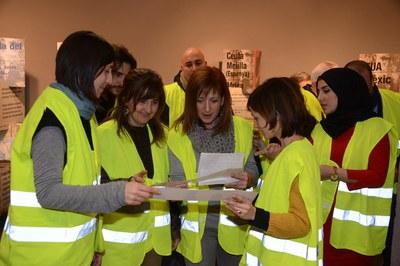 Durante la inauguración, los asistentes han participado en una dinámica para adentrarse en la muestra (foto: Localpres)