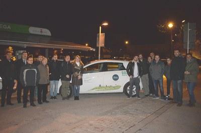 El grupo local de 'Som Mobilitat' con la alcaldesa y el vehículo eléctrico que se puede alquilar por horas (foto: Localpres).
