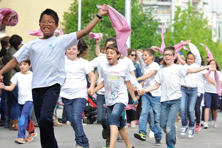 """Los niños han entrado en la Rambla al ritmo del """"Ball de Gitanes"""" (foto: Localpres)"""