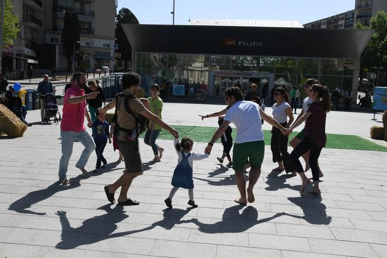Los participantes han podido volver bailar al ritmo de la actividad 'Ballant de peus a terra' (foto: Localpres)