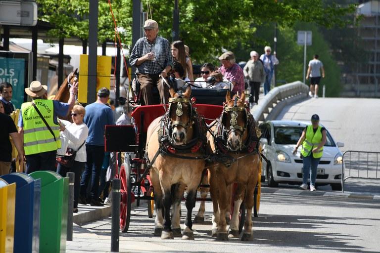 Los que han querido, han dado una vuelta en uno de los carros de Sant Antoni (foto: Localpres)