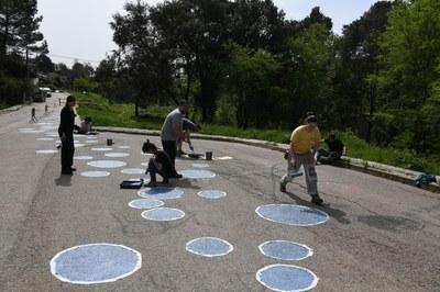 Los participantes han pintado un camino de burbujas azules en el entorno de la fuente de Can Moritz (foto: Localpres)