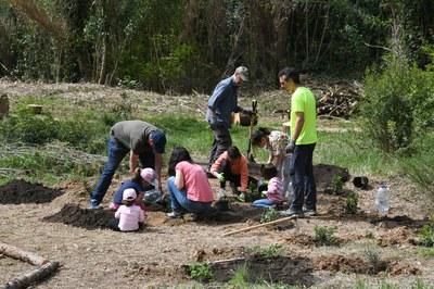 El domingo ha tenido lugar una jornada de recuperación del entorno de la fuente de Can Moritz (foto: Localpres)