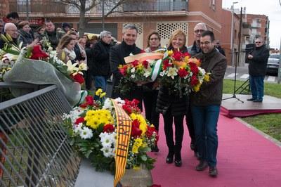 La alcaldesa y representantes de diversos grupos municipales han participado en la tradicional ofrenda (foto: Localpres).