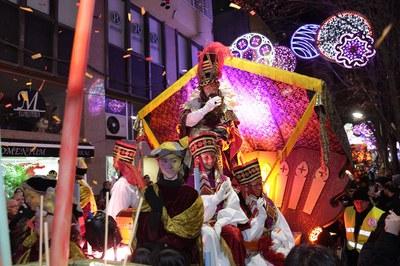 Los Reyes han recorrido Rubí en unas carrozas totalmente renovadas (foto: Localpres).