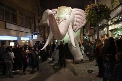 Un enorme elefante ha participado en el desfile (foto: Localpres)