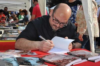 Los autores locales han firmado sus libros