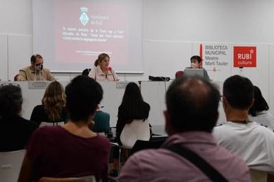 La alcaldesa, dirigiéndose a los y las miembros de la Mesa para el Éxito Educativo (foto: Ayuntamiento de Rubí - Localpres).