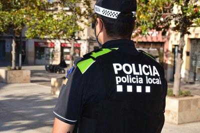 Un agente en la puerta del Edficio consistorial (foto: Ayuntamiento de Rubí).