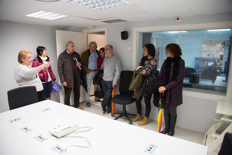 Previamente, Buscallà y los miembros del Consejo visitaron las instalaciones de Ràdio Rubí (foto: Localpres)