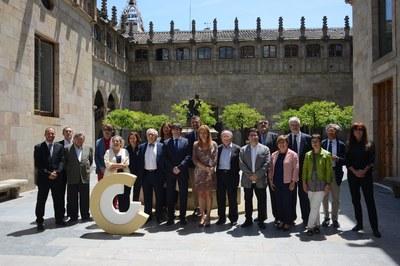 Puigdemont y Martínez, acompañados de los galardonados con los Premios Nacionales de Cultura 2.017 (foto: Localpres).