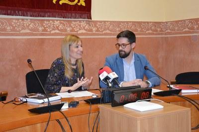 La alcaldesa y el concejal de Cultura, durante la presentación de los grupos confirmados de esta Fiesta Mayor.